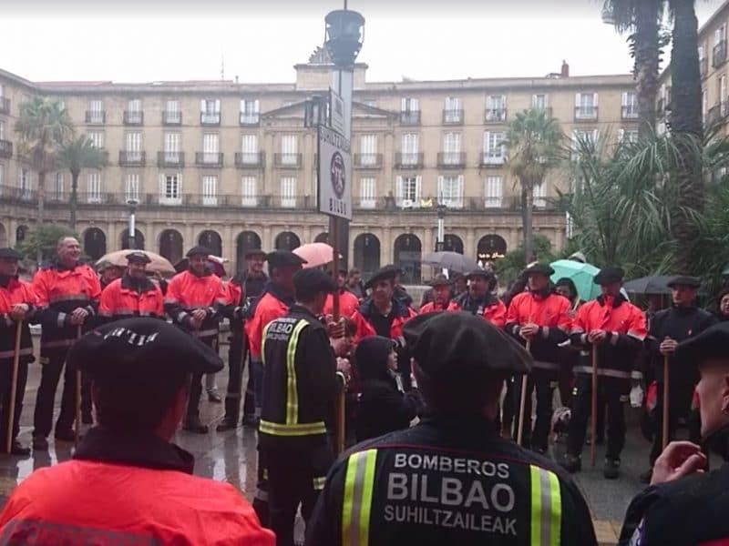 El Coro de los Bomberos de Bilbao, en la Plaza Nueva.