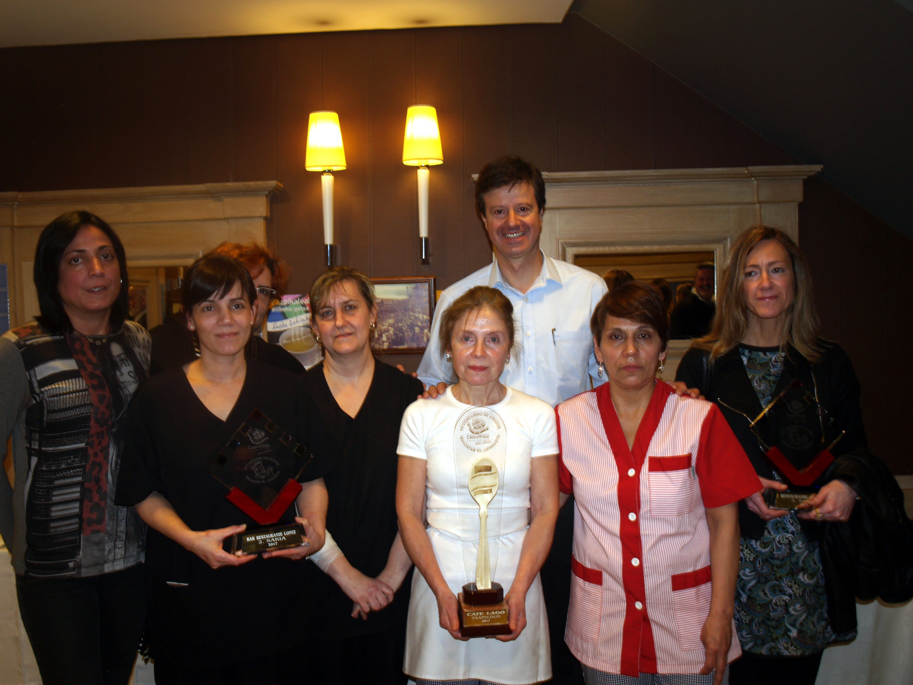 Foto de la familia de los ganadores del VII Concurso de Caldos del Casco Viejo de Bilbao