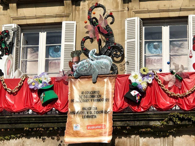 Balconada de la Asociación de Comerciantes del Casco Viejo de Bilbao, decorada para la ocasión.