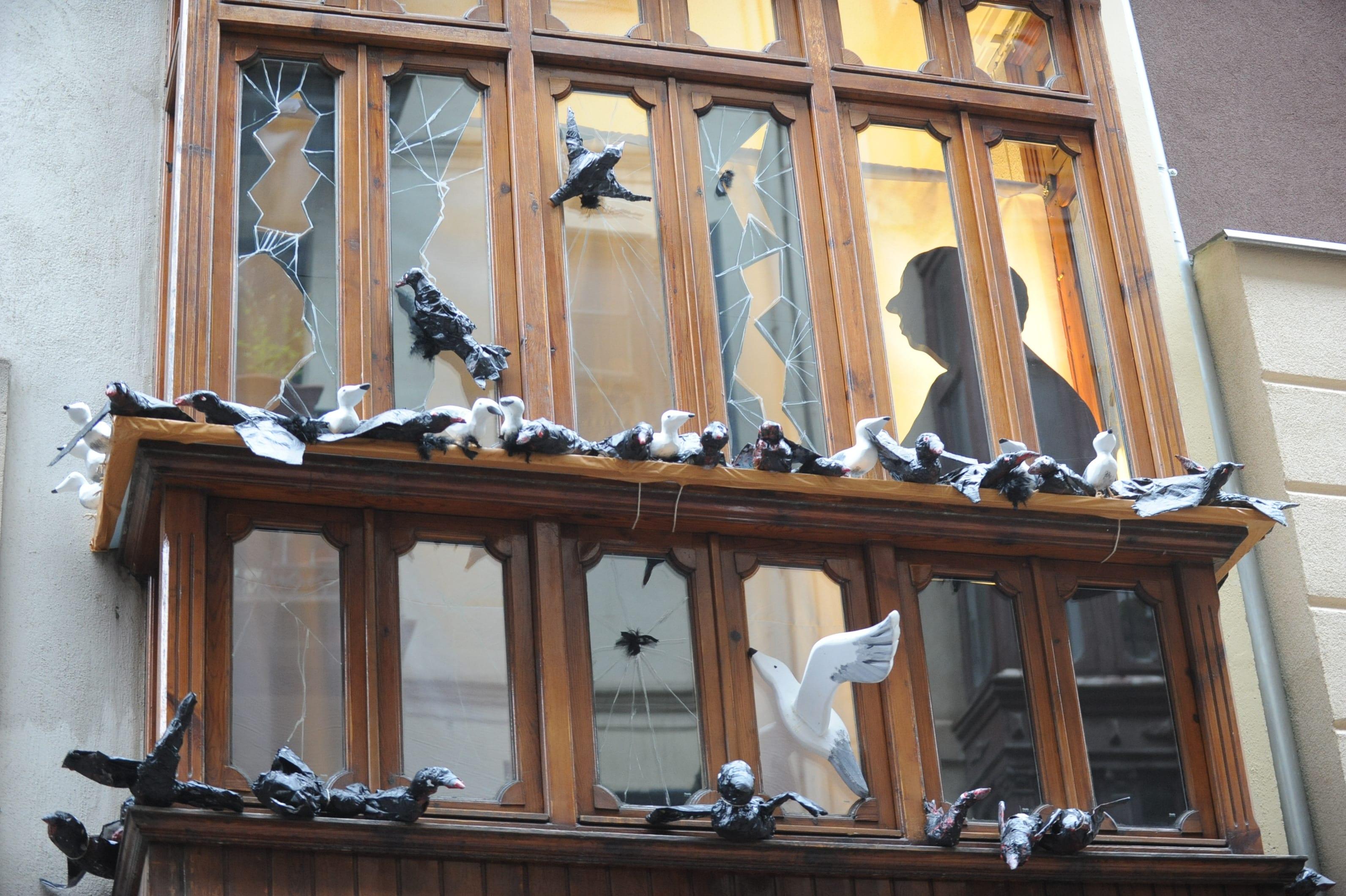Un homenaje a 'Los pájaros' de Hitchcock, la balconada más bonita del Casco Viejo de Bilbao