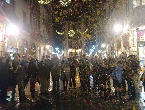 La viceconsejera de Turismo y Comercio del Gobierno vasco, Isabel Muela, el concejal de Promoción Económica, Empleo y Comercio del Ayuntamiento de Bilbao, Xabier Ochandiano, y el presidente de CECOBI, Pedro Campo, acompañan a responsables de la Asociación de Comerciantes del Casco Viejo, en la inauguración de la Navidad.